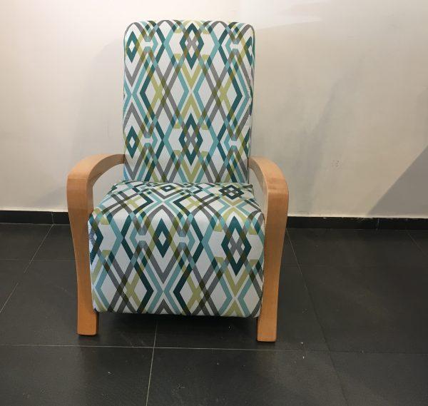 כורסא לסלון ידיות עץ