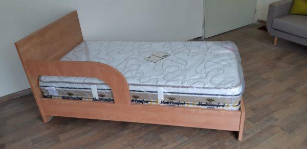 מיטת נוער עם מעקה קבוע