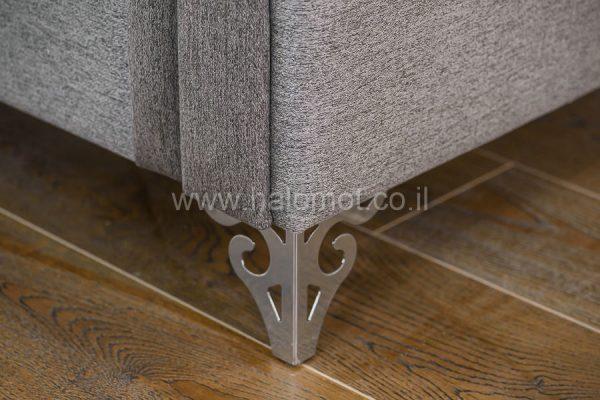 ספה תלת מושבית לסלון דגם רומא כרית תפירה ישרה רגל ניקל מעוצבת