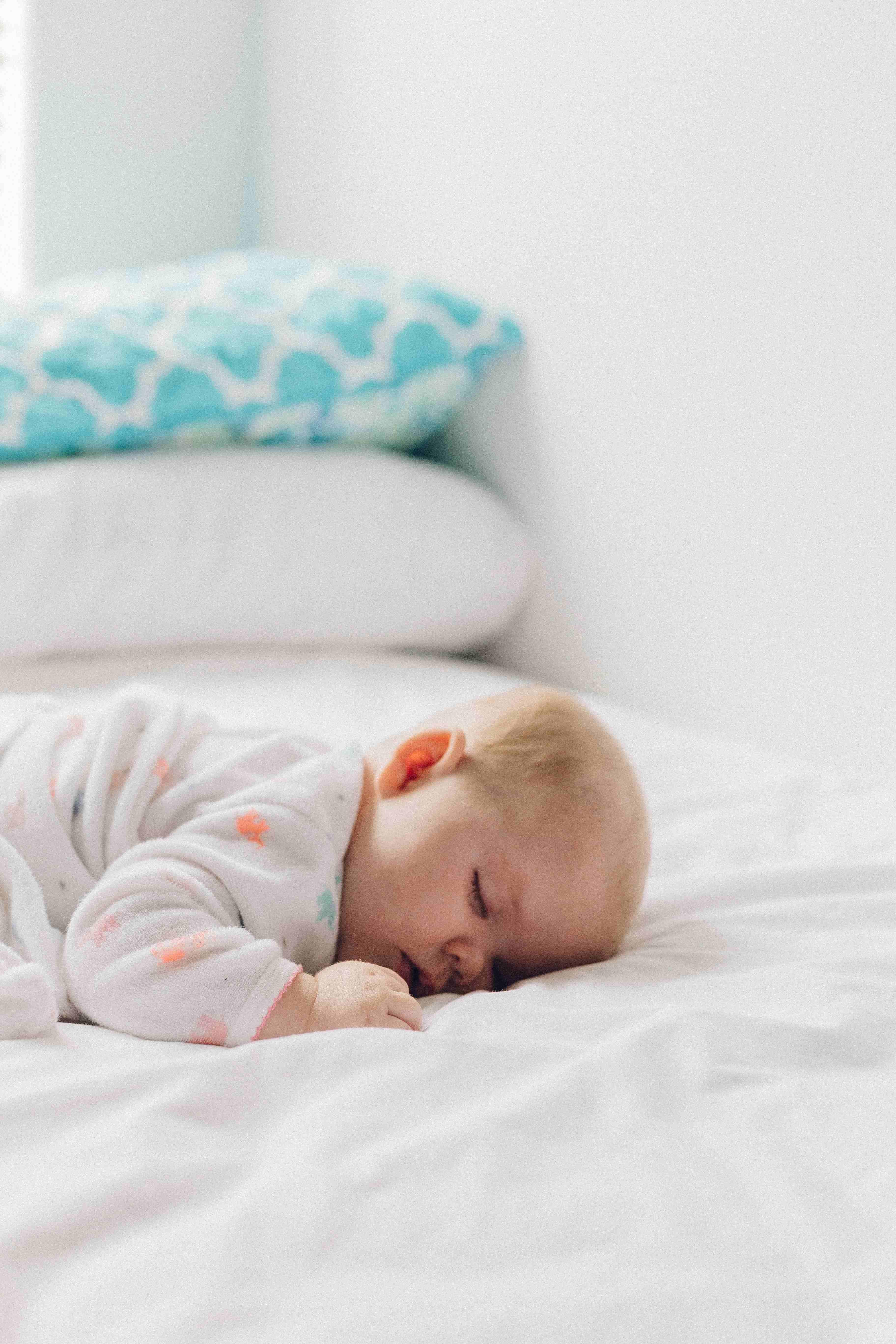 ילד גדל על מיטה איכותית